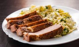 Faixa da carne com salada dos vegetais em uma placa Fotografia de Stock