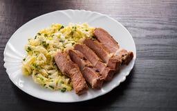 Faixa da carne com salada dos vegetais em uma placa Imagem de Stock Royalty Free
