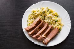 Faixa da carne com salada dos vegetais em uma placa Fotografia de Stock Royalty Free