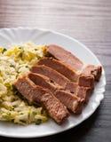 Faixa da carne com salada dos vegetais em uma placa Fotos de Stock Royalty Free