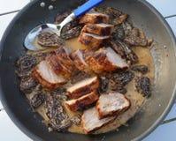 Faixa da carne de porco com Morels Fotografia de Stock