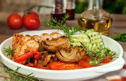 Faixa da galinha com alcachofra, pimenta e pepino foto de stock royalty free
