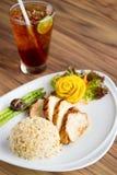 Faixa da galinha com chá de Fried Rice e do limão Foto de Stock Royalty Free