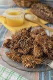 Faixa da galinha com mel e s?samo fotografia de stock