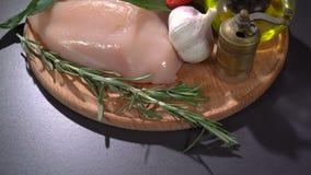 Faixa da galinha com vegetais e especiarias filme