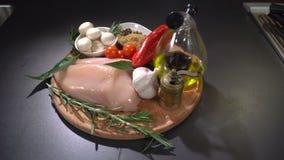 Faixa da galinha com vegetais e especiarias video estoque
