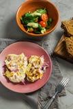 Faixa da galinha cozida sob a maionese com cebola salada vegetal com aipo e espinafres do tomate Imagens de Stock