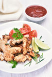 Faixa da galinha e salada grelhadas do vegetal Fotografia de Stock Royalty Free