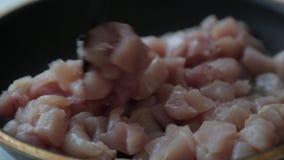 Faixa da galinha em uma frigideira com manteiga vídeos de arquivo