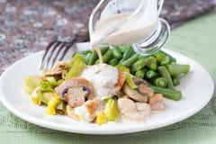 A faixa da galinha fritou com alho-porro, cogumelos, feijões verdes, creme Imagem de Stock Royalty Free
