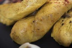 A faixa da galinha serviu com puré da abóbora e cozeu batatas em uma placa 10close da ardósia acima do tiro Imagem de Stock Royalty Free