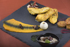 A faixa da galinha serviu com puré da abóbora e cozeu batatas em uma placa 1 da ardósia Imagem de Stock Royalty Free