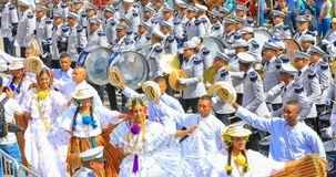 Faixa da música com os dançarinos no vestido tradicional no indipendence Imagens de Stock