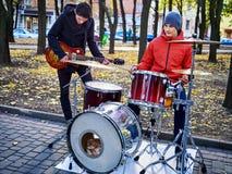 Faixa da música de festival Amigos que jogam no parque da cidade dos instrumentos de percussão Foto de Stock