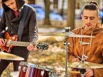 Faixa da música de festival Amigos que jogam no parque da cidade dos instrumentos de percussão Imagem de Stock