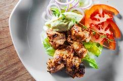 Faixa da parte do peito de frango frito com salada dos vegetais fotografia de stock