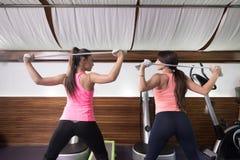 Faixa da resistência do exercício traseiro das mulheres da vista traseira dois Fotografia de Stock Royalty Free