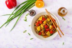 Faixa da vitela - agite a fritada com laranjas e paprika no molho do agridoce Fotografia de Stock