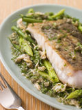 Faixa das pescadas com os vegetais verdes das bucárdias Imagens de Stock