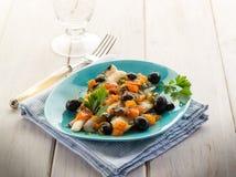 Faixa de bacalhau com azeitonas pretas Fotografia de Stock