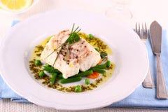 Faixa de bacalhau com feijões verdes, ervilhas, salsa, azeite Imagens de Stock