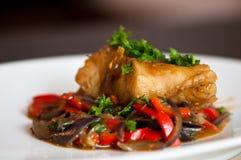 Faixa de bacalhau com vegetais Foto de Stock
