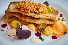 Faixa de bacalhau cozida com os vegetais no fim acima Imagens de Stock