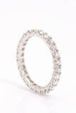 Faixa de casamento da eternidade do diamante. Imagem de Stock