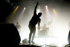 A faixa de dança eletrônica do synthpop futuro das ilhas executa no concerto no local de encontro do Razzmatazz foto de stock