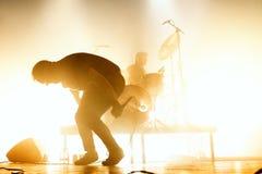 A faixa de dança eletrônica do synthpop futuro das ilhas executa no concerto no local de encontro do Razzmatazz imagem de stock