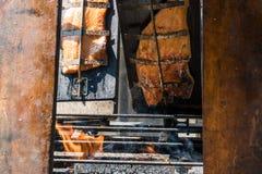 Faixa de fumado salmon em uma madeira no assado Imagem de Stock Royalty Free