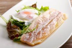 Faixa de peixes cozinhada com ovo e salada Fotografia de Stock