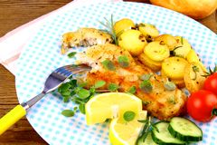 Faixa de peixes fritada com batatas e vegetais dos alecrins fotos de stock