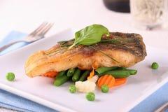 Faixa de peixes fritada da carpa com vegetais imagem de stock