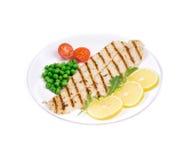 Faixa de peixes grelhada com vegetais Fotos de Stock Royalty Free