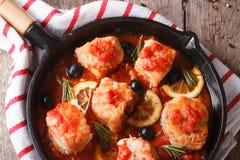Faixa de peixes no molho de tomate em um close up da bandeja A parte superior horizontal vie Imagens de Stock