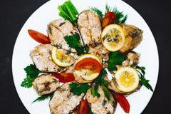 Faixa de peixes salmon cozida com tomates, especiarias Menu da dieta fotografia de stock royalty free
