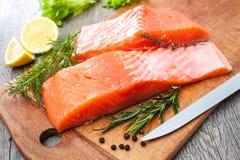 Faixa de peixes salmon crua com ervas frescas Fotografia de Stock Royalty Free