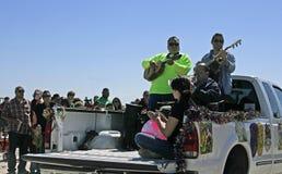 A faixa de Tex-Mex junta-se em Mardi Gras Parade descalço imagem de stock royalty free