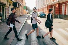 Faixa de travessia adolescente dos bffs urbanos do estilo de vida da rua Fotos de Stock