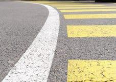 Faixa de travessia curvada, cruzamento pedestre da zebra com linha de barreira branca no asfalto Fotos de Stock Royalty Free