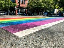 Faixa de travessia da bandeira do orgulho alegre Fotografia de Stock