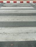 Faixa de travessia na estrada asfaltada Foto de Stock Royalty Free