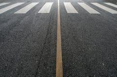 Faixa de travessia na estrada asfaltada Imagem de Stock Royalty Free