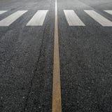 Faixa de travessia na estrada asfaltada Fotos de Stock Royalty Free