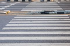 Faixa de travessia para andar através da rua na interseção fotografia de stock