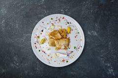 Faixa do alabote com molho de camarão de creme em uma placa branca foto de stock
