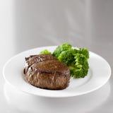 Faixa do bife de carne com brócolos Fotos de Stock Royalty Free