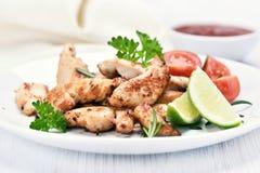Faixa do frango assado cortada e vegetais Imagens de Stock Royalty Free