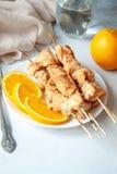 Faixa do peito de frango cozida com laranjas fotografia de stock royalty free